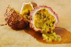 Passionfruit на древесине Стоковая Фотография