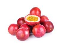 Passionfruit; Пассифлора edulis на белой предпосылке Стоковое Изображение RF