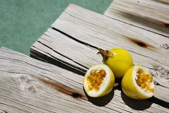 Passionfruit amarillo al lado de una piscina Imagen de archivo libre de regalías