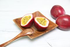 Passionfruit en un plato imagen de archivo