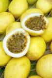 Passionfruit frais Maracuja au marché brésilien d'agriculteurs Images stock