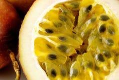 Passionfruit fresco de la rebanada Fotos de archivo