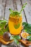 Passionfruit lemonad Arkivfoto