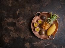 Passionfruit med ananas och mango på lantlig bakgrund, bästa sikt Arkivfoton