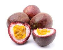 Passionfruit op witte achtergrond wordt geïsoleerd die royalty-vrije stock foto's