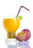 Passionfruit ostmassa i likörexponeringsglas Royaltyfri Fotografi