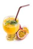 Passionfruit ostmassa i likörexponeringsglas Arkivfoto