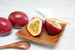 Passionfruit på en maträtt Royaltyfri Fotografi
