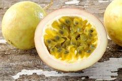Passionfruit på träbakgrund Royaltyfri Foto