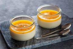 Passionfruit tropical Panna Cotta Dessert avec des cuillères Image stock