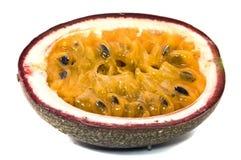 Passionfruits con polpa, isolata su backg bianco Fotografie Stock