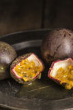 Passionfrukt i lynnig inställning för naturligt ljus med retro tappning Arkivbild