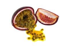 Passionfrukt med frö som isoleras på vit Royaltyfri Fotografi