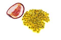 Passionfrukt med frö som isoleras på vit Arkivbild