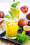 Passionfrukt med litchiplommonet Mojito Arkivfoton