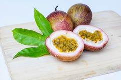 Passionfrukter på träbakgrund Arkivfoto