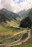 Passionnés d'Amarnath, camp aux collines de l'Himalaya à côté de la rivière amravathy Photos stock