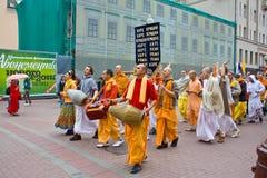Passionnés de Krishna de lièvres à Moscou image libre de droits