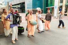 Passionnés de Krishna de lièvres chantant et dansant photo stock