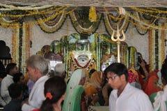 Passionnés fidèles sur le pèlerinage dans l'Inde Image libre de droits