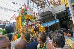 Passionnés indous priant à Lord Jagannath Idol sur Rathjatra Image stock