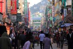 Passionnés musulmans passant par la rue serrée Photos stock