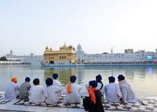 Passionnés sikhs au temple d'or Images stock