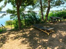 Passo amping do ¡ de Ð na praia da calma do lago do verão Imagens de Stock Royalty Free