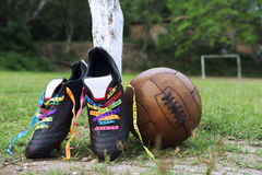 Passo brasileiro das fitas do desejo das botas do futebol do futebol da boa sorte Fotos de Stock