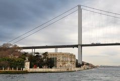 Passo de Bospohorus com 1.bridge Ortakoy imagens de stock royalty free
