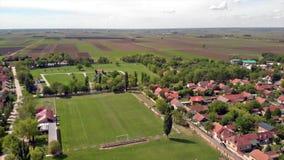 Passo de futebol amador local pequeno situado em subúrbios da cidade video estoque