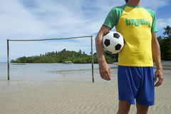 Passo de futebol brasileiro da praia do jogador de futebol de Brasil Fotografia de Stock Royalty Free