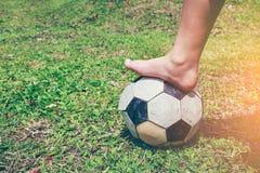 Passo descalço do jogador de futebol na bola de futebol Lifes saudável Imagem de Stock Royalty Free