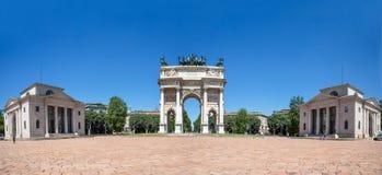 Passo di della di Arco, arco di pace, vicino al parco di Sempione nel centro urbano di Milano, l'Italia fotografia stock