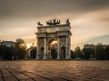 Passo di della di Milano arco al tramonto immagine stock libera da diritti