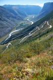 Passo di montagna Katu-Yaryk dagli altopiani di Ulagan al waly del ri Fotografia Stock