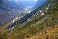 Passo di montagna Katu-Yaryk dagli altopiani di Ulagan al waly del ri Fotografia Stock Libera da Diritti