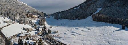 Passo di montagna di Presolana Alpi italiane Vista aerea del fuco dopo una caduta della neve al legno ed agli ascensori Immagini Stock