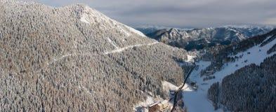 Passo di montagna di Presolana Alpi italiane Vista aerea del fuco dopo una caduta della neve al legno ed agli ascensori Fotografia Stock Libera da Diritti