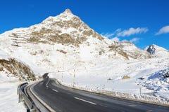 Passo di montagna in un giorno di inverno soleggiato Fotografie Stock Libere da Diritti