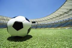 Passo do estádio da grama verde de bola de futebol do futebol imagens de stock