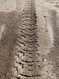 Passo do pneumático na sujeira Fotografia de Stock