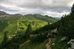 Passo Falzarego после дождя с hikers Стоковое Изображение RF