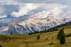 Passo Falzarego al giorno soleggiato di autunno ALPI DELLA DOLOMIA, ITALIA immagini stock libere da diritti