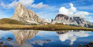 从passo Giau,山湖,白云岩山的看法 免版税库存照片