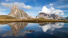 从passo Giau,山湖,白云岩山的看法 库存照片