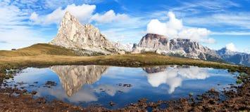 从passo Giau,山湖,白云岩山的看法 免版税库存图片