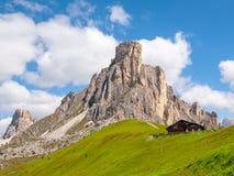 Passo Giau с держателем Gusela на предпосылке, доломитах, или горах Dolomiti, Италии стоковые фотографии rf