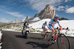 Passo Giau (ITALIË) 30 JUNI:  Marathon du Dolomities Race Stock Fotografie
