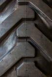 Passo grande do pneu de borracha do trator. Imagens de Stock